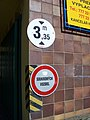 Kralupy nad Vltavou, obchodní dům Říp, značky u vjezdu.jpg