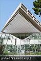 L'entrée du centre commercial Omotesando Hills (Tokyo, Japon) (42077531994).jpg