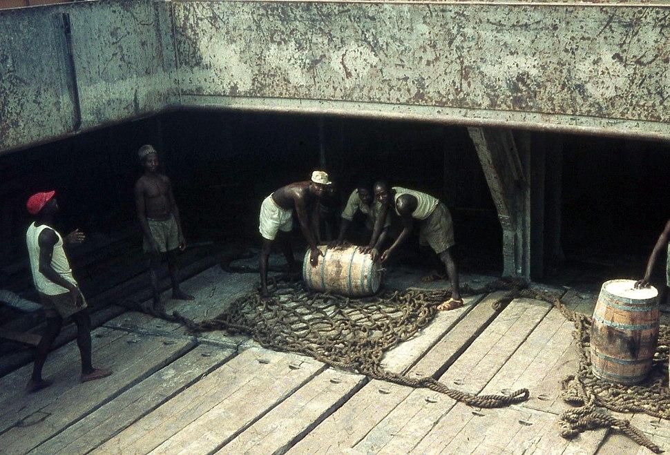 Löschen von Fassgut, Accra auf Reede, in der Luke 1958-59