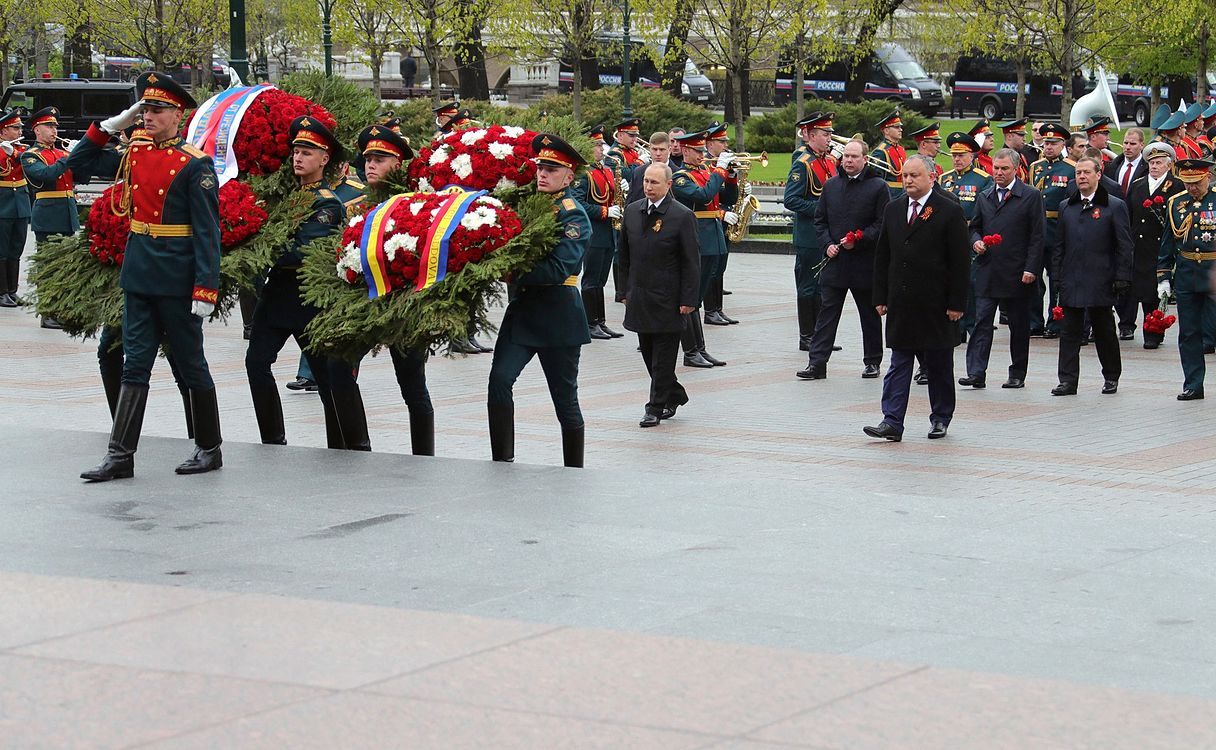 Laying wreath at the Tomb of the Unknown Soldier in Moscow 2017-05-09 001.jpg