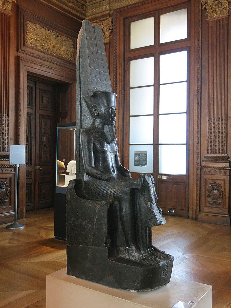 Le dieu Amon protégeant Toutânkhamon 800px-Le_dieu_Amon_prot%C3%A8ge_Tout%C3%A2nkhamon_%28Louvre%2C_E_11609%29