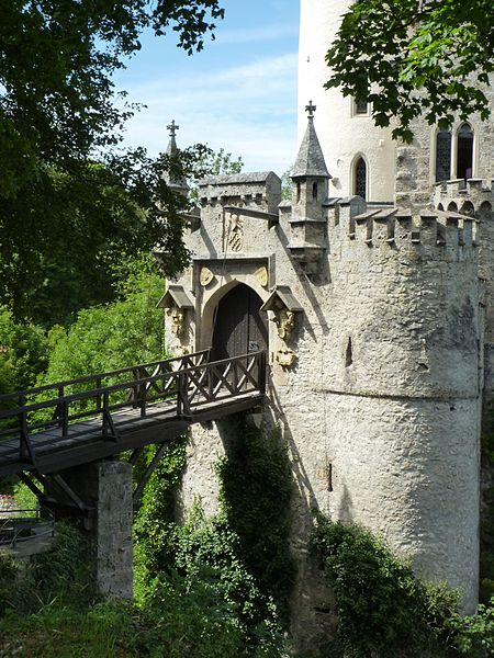 File:Lichtenstein - Schloss 817 m ü.NN, Zugbrücke und Eingang.jpg