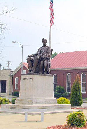 Hodgenville, Kentucky - Lincoln's statue in the town square
