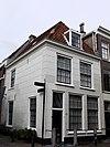 foto van Hoekpand met twee bouwlagen en een kap loodrecht op de straat