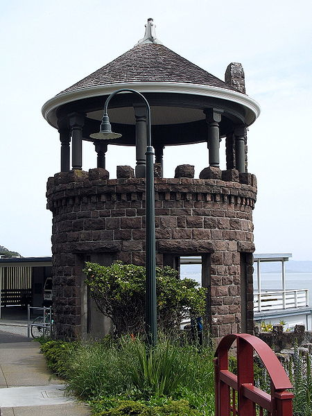 चित्र:Lyford's Stone Tower 2034 Paradise Dr Tiburon CA 3-21-2010 12-29-49 PM.JPG