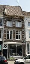 foto van Huis waarvan de voorgevel, in de trant der zgn. Maaslandse renaissance eindigt in een hoofdgestel met consoles.