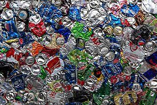 Aluminiumburkar på väg mot återvinning.