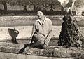 Mamma seduta sul cordolo della fontana del cigno con acqua.jpg
