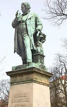 Bronzestatue in der Georgstraße in Hannover (Quelle: Wikimedia)
