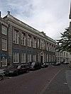 foto van Huis met elf traveeën brede rechte gevel op natuurstenen voet en aan weerszijden afgesloten door blokpilasters