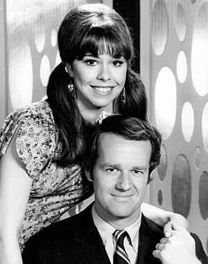 The Interns (TV series) - Elaine Giftos and Mike Farrell as Bobbe and Sam Marsh.