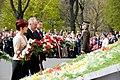 Ministru prezidents Valdis Dombrovskis noliek ziedus pie Brīvības pieminekļa (7141677633).jpg