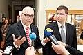 Ministru prezidents Valdis Dombrovskis tiekas ar Vācijas Šlēzvigas – Holšteinas federālās zemes premjerministru Torstenu Albigu (8715932073).jpg