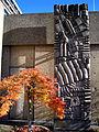 Monument für Reisende, Monument for Travellers, Monument pour Voyageurs, Werner Schreib, 1965, Blick frontal auf die Skulptur im Herbst.jpg