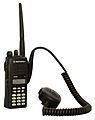 Motorola GP-380 mit abgesetztem Lautsprechermikrofon.jpg