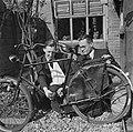 Na de bevrijding wordt een fiets opgegraven, Bestanddeelnr 900-2667.jpg