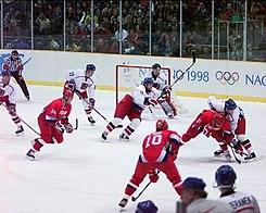 Sergej Fjodorov, til højre i rød trøje & 91, tager en tegning i finalematchen mod Tjekkiet i OS 1998.
