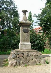 """Gellert-Denkmal in Neubrandenburg; Inschrift: """"Ein Lehrer und Beispiel der Tugend und Religion"""" (Quelle: Wikimedia)"""