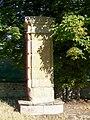 Neuville-sur-Oise (95), l'un des deux piliers de l'ancienne grille du château, rue du Pont.jpg