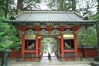 Mon (architecture) - Nikkō Tōshō-gū's omote-mon (front gate) structurally is a yakkyakumon (eight-legged gate)
