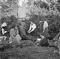 Paddy Rush (met wit hemd) vertelt temidden van mannen, vrouwen en kinderen, Bestanddeelnr 191-0815.jpg