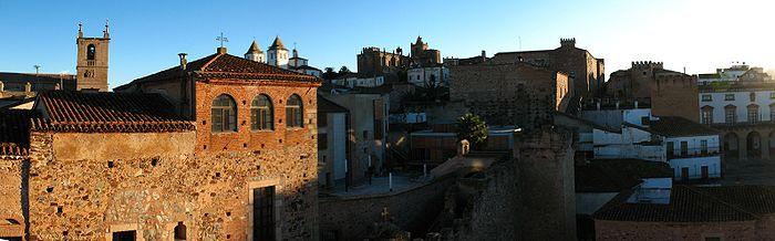Panorámica de la parte antigua de Cáceres tomada desde la Torre Bujaco. En la misma se pueden observar la torre de la Concatedral de Santa María, las de San Francisco Javier y la Iglesia de San Mateo, además de de parte de la muralla que rodea el recinto.