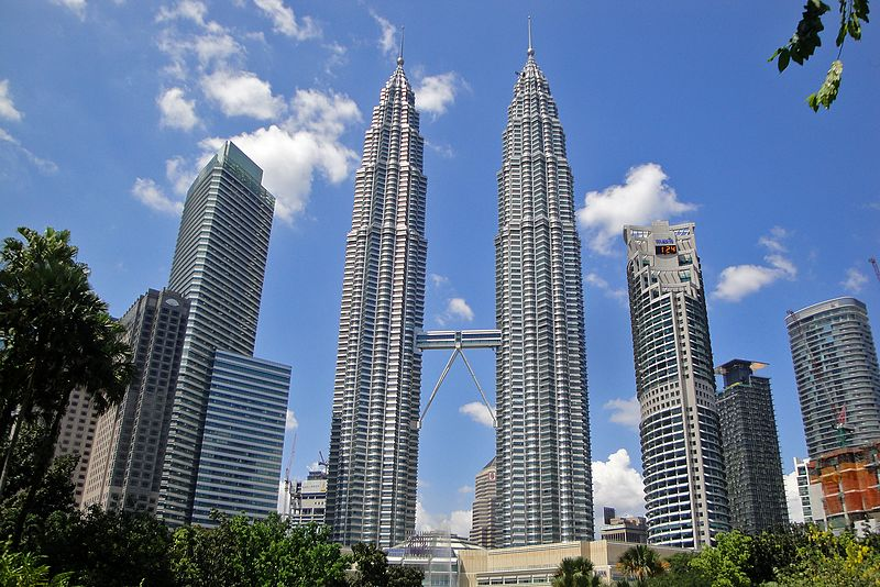 Twin skyscrapers in Kuala Lumpur: Petronas Towers – The silver rockets of the night sky!