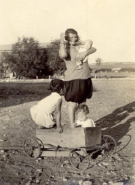 מטפלת עם ילדים בקיבוץ