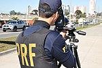 Policiais rodoviários federais operam radar móvel na Linha Verde, em Curitiba (29177626355).jpg