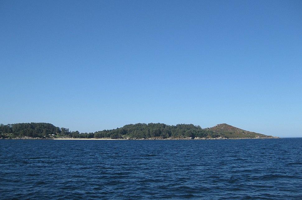 Praia Mourisca e cabo Udra vistos desde a ría de Pontevedra.