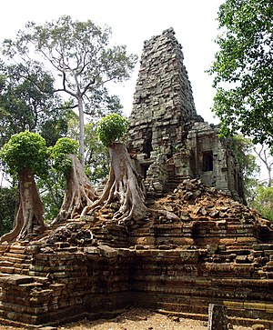 Preah Palilay - Chimney-like tower of the central sanctuary