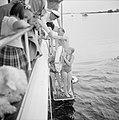 Prins Bernhard, prinses Beatrix en prinses Irene gaan vanaf het jacht zwemmen, Bestanddeelnr 255-7639.jpg