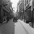 Prins Bernhard rijdt door een winkelstraat (Deventer), Bestanddeelnr 900-2513.jpg