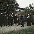 Prinses Beatrix en prins Claus verlaten een gebouw, Bestanddeelnr 254-7723.jpg