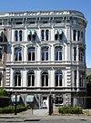 foto van Gepleisterd herenhuis, met souterrain bel-etage en twee verdiepingen, getoogde vensters en rijke behandeling met ornamenten van stucwerk. Vormt een geheel met buurnummer 3