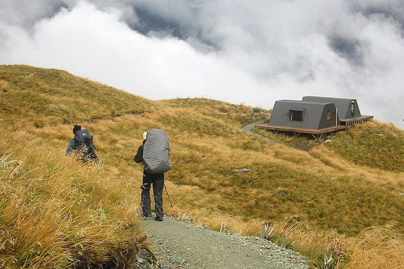 Fichier:Routeburn track emergency shelters.jpg