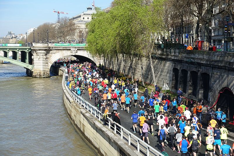 File:Runners @ Marathon de Paris @ Seine @ Paris (26182560626).jpg