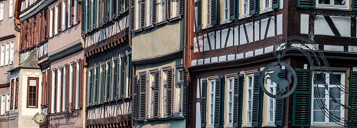 Schräg aufgenommenes Panorma der nörlichen Häuserfront am Marktplatz in Tübingen 2019.jpg