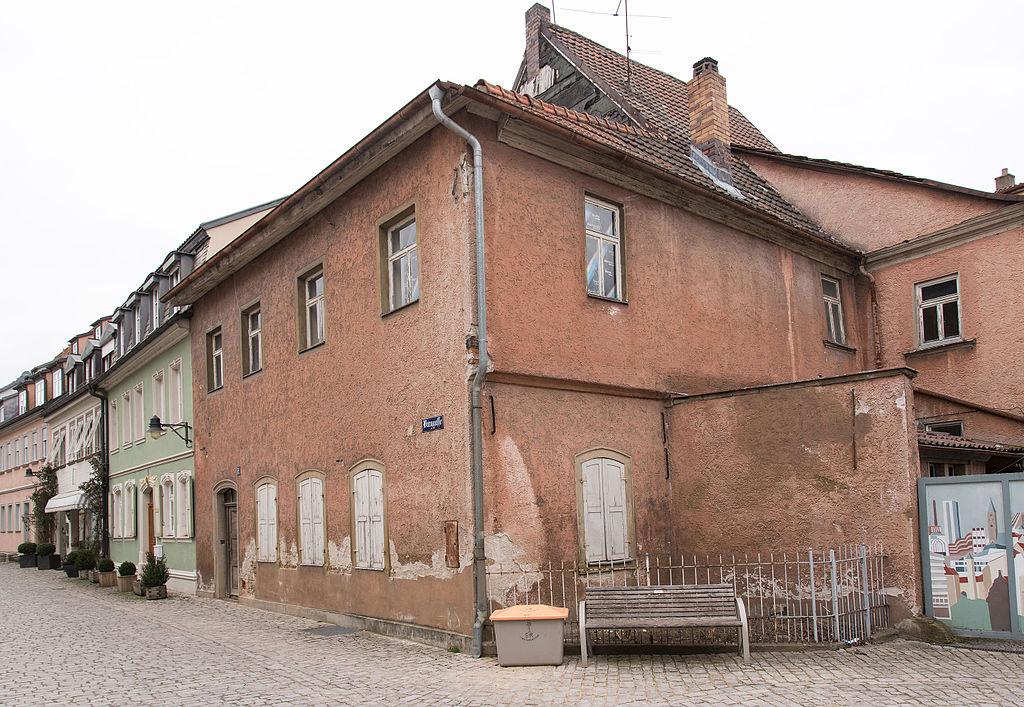 1024px-Schweinfurt%2C_Burggasse_17-20160312-002.jpg