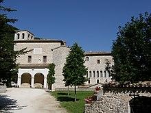 Il piazzale antistante la basilica, sulla sinistra l'entrata al chiostro e sulla destra lo scriptorium
