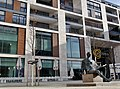 Sitzender lesend aus Bronze von Fritz Nuss aus Weinstadt 1965 vor dem Einkaufszentrum Milaneo in Stuttgart - panoramio.jpg