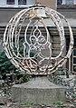 Skulptur Sächsische Str 25 (Wilmd) Kugel.jpg