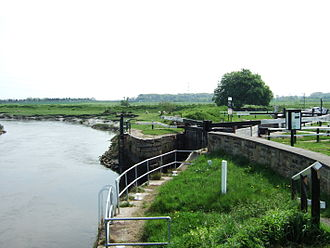 Leeds and Liverpool Canal - Tarleton Lock, where the Rufford Branch links into the River Douglas.