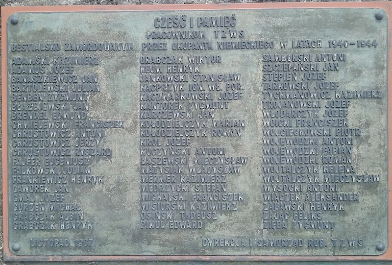 File: Łódź, PL, EU. Spalska 110. A plaque commemorating some of the victims of the murders committed by the Germans among TFSJ employees (in the Polish People's Republic as Tomaszowska Fabryka Włókien Technicznych, later Wistom) CC0.jpg