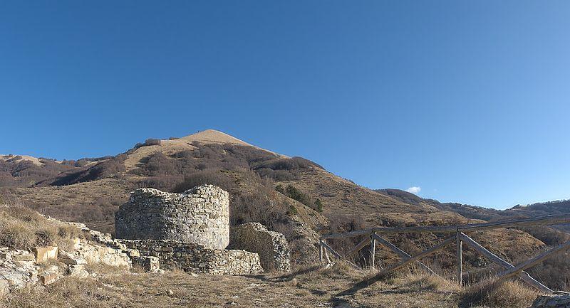 File:Torre Malaspina e monte Carmo - panoramio.jpg