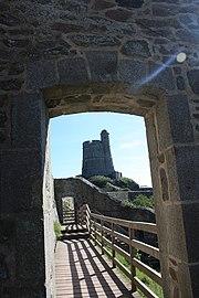 Tour Vauban de la Hougue depuis le senier de la presqu'île.jpg