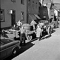 Tractor met druivenplukkers en kuip met de druivenoogst in de straten van Kröv, Bestanddeelnr 254-4202.jpg