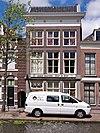 foto van Pand met lijstgevel met hardstenen pui en empire-ramen met gesneden middenstijlen in de verdiepingen