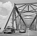 Twee auto's op de Waalbrug bij Zaltbommel, Bestanddeelnr 252-0128.jpg