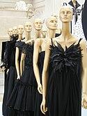 Uma colec��o de vestidos pretos de Valentino, no Museo Ara Pacis em Roma.